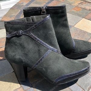New Clark's Artisan sole Suede ankle boots 8.5